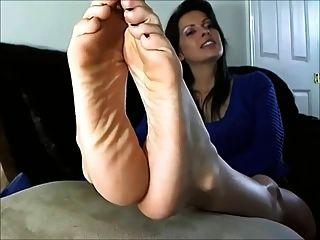 性感的成熟女人顯示腳和鞋底