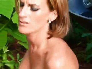性感成熟室外在貓和驢子