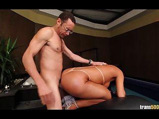 tgirl與完美的屁股和身體上了硬
