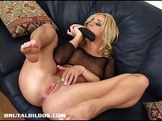 凱利井伸展她的屁股與殘酷的假陽具