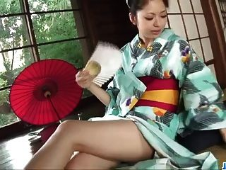 hana在粗糙的色情期間用她溫暖的嘴唇做魔術