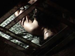 成熟的女警察犯了一個年輕的罪犯她的性奴隸
