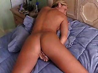 熱的主婦與偉大的屁股手指她的陰部直到高潮
