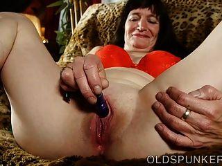 可愛的老太太他媽的她浸泡濕的陰部為你