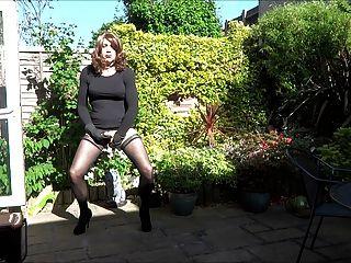 艾莉森和她的屁股插在花園裡
