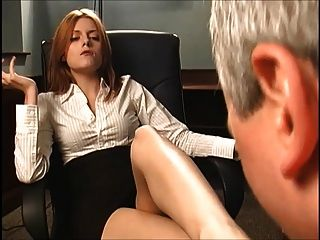 紅頭髮的老闆讓他吸了她的腳