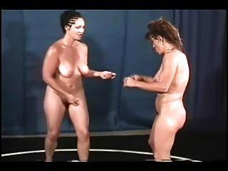 胸圍寶貝裸體摔跤