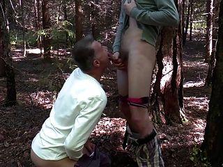 更老打擊一個年輕小伙子在森林裡