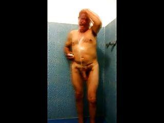 str8間諜爸爸在更衣室裡