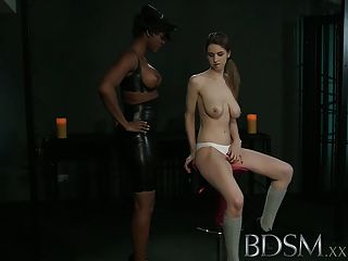bdsm xxx年輕女孩從性感女同性戀情婦獲得震驚