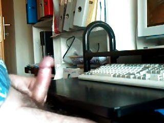 手淫和射精觀看色情
