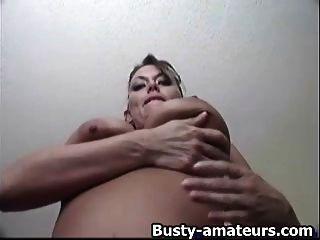 leslie fingerfucks她的陰部在沙發上