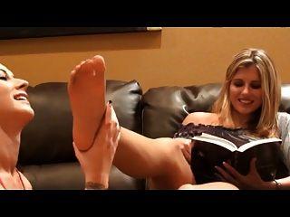 小姐舔和吮腳趾