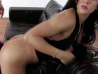花花公子穿黑色沙發上的濕陰戶
