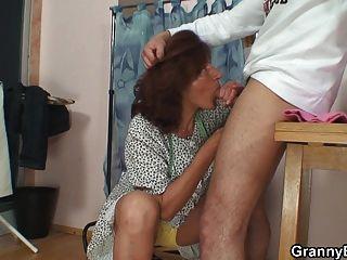 60歲的老奶奶騎他的肉