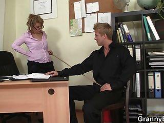 性感的老婦人在辦公室乘坐他的公雞