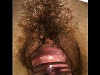 蕩婦妻子克萊爾獲得了一個假陽具在她濕的毛茸茸的貓