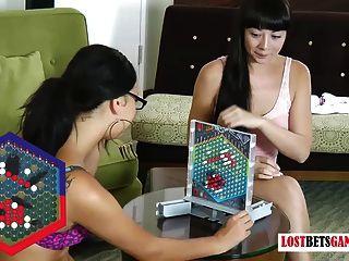 兩個漂亮的黑髮小雞玩條戰略遊戲