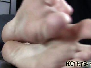 你應該感到幸運,我讓你崇拜我的腳