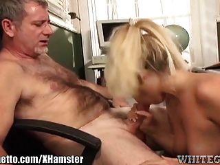 骯髒的女小學生使老師吃她的陰部