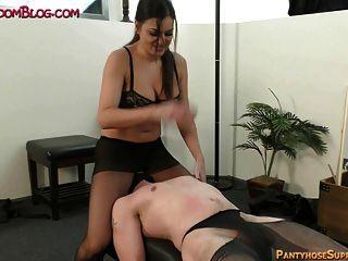 女性的腳控制和踐踏