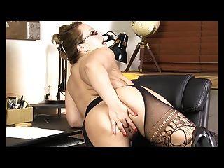 胖的秘書手淫在辦公室在午餐時間