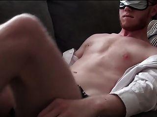 str8男子在沙發上用面具