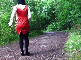 緞禮服在森林裡