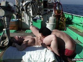 亞洲蕩婦得到性交在fishin小船