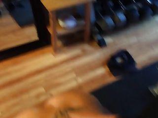 適合的金發女郎在健身房裡得到它