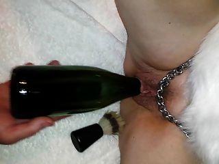 kt在瓶子上