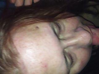 妻子把她的第一負載在嘴裡