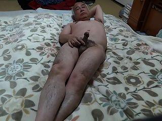 勃起在被子上的裸體