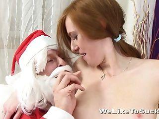 漂亮的紅發青少年吸和他媽的聖誕老人