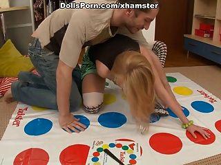 扭轉者和性玩具為一個熱的金發的場面1