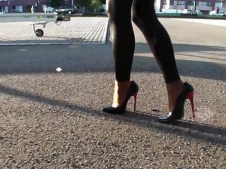 綁腿和性感的高跟鞋的女孩
