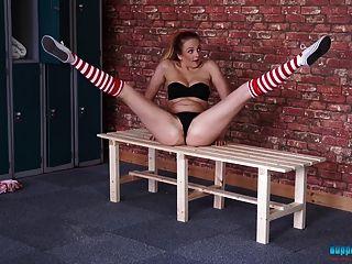 紅頭髮啦啦隊員舞蹈和小條在更衣室