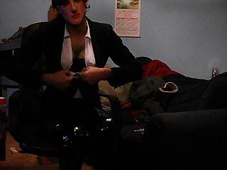穿著性感的黑色西裝,縫尼龍絲襪