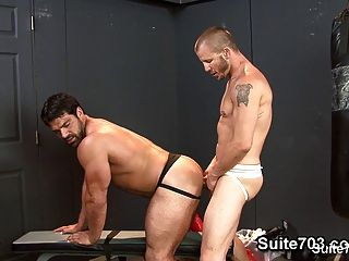 熱的運動員他們在健身房他們緊緊的buttholes