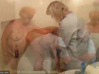 oldnanny赤裸的脂肪奶奶有淋浴