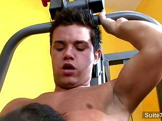 熱同性戀舔和他媽的屁股在健身房