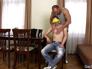 強的同性戀他媽的蕩婦男孩在桌上