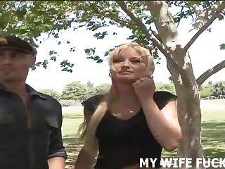看著你的妻子被一個大雞巴的男性色情明星