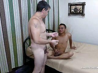 不是爸爸無鞍翻轉他媽的亞洲男孩克雷格