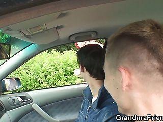 兩個人撿起熱奶奶和螺絲外