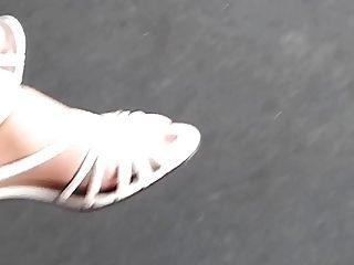 奶奶與尼龍襪子和長的紅色腳趾甲