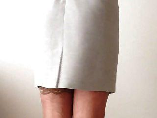性感和優雅的灰色連衣裙,白色內衣和絲襪