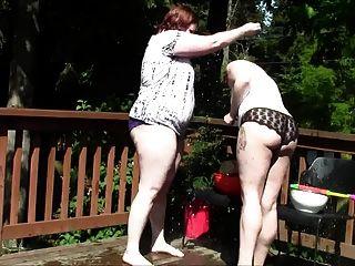 胖的怪異女孩氣球戰鬥