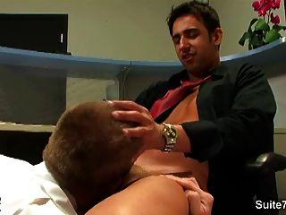性感的金發快樂得到了在辦公室