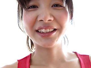 熱的日本女孩有與球的健身鍛煉